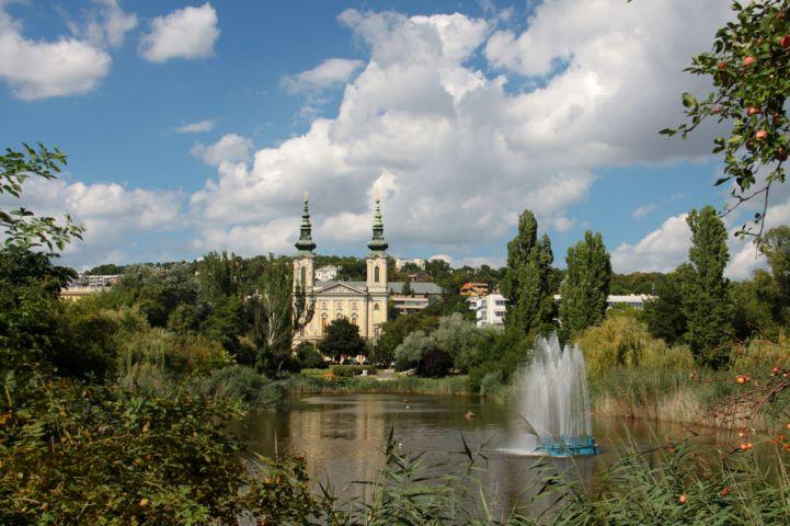 a Szent Imre-templom a Feneketlen-tó felől