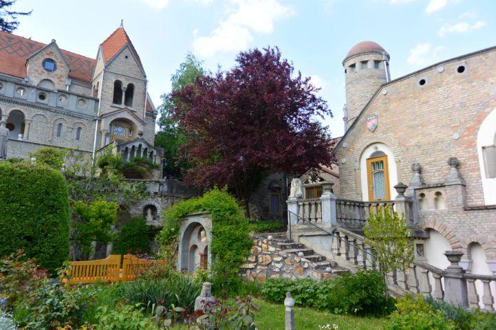 a Bory-vár vadregényes kertje