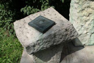 Kosztolányi Dezső: Mágia című bronz verseskötete az író szobra mellett