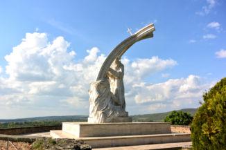 Melocco Miklós István megkoronázása című szobra a vár északi rondelláján