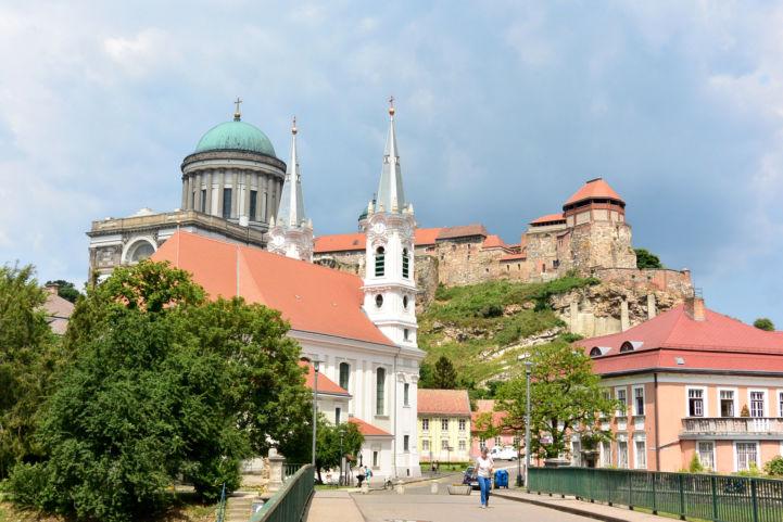 Esztergomi városkép a Kossuth-hídról (Loyolai Szent Ignác-templom, Bazilika és vár)