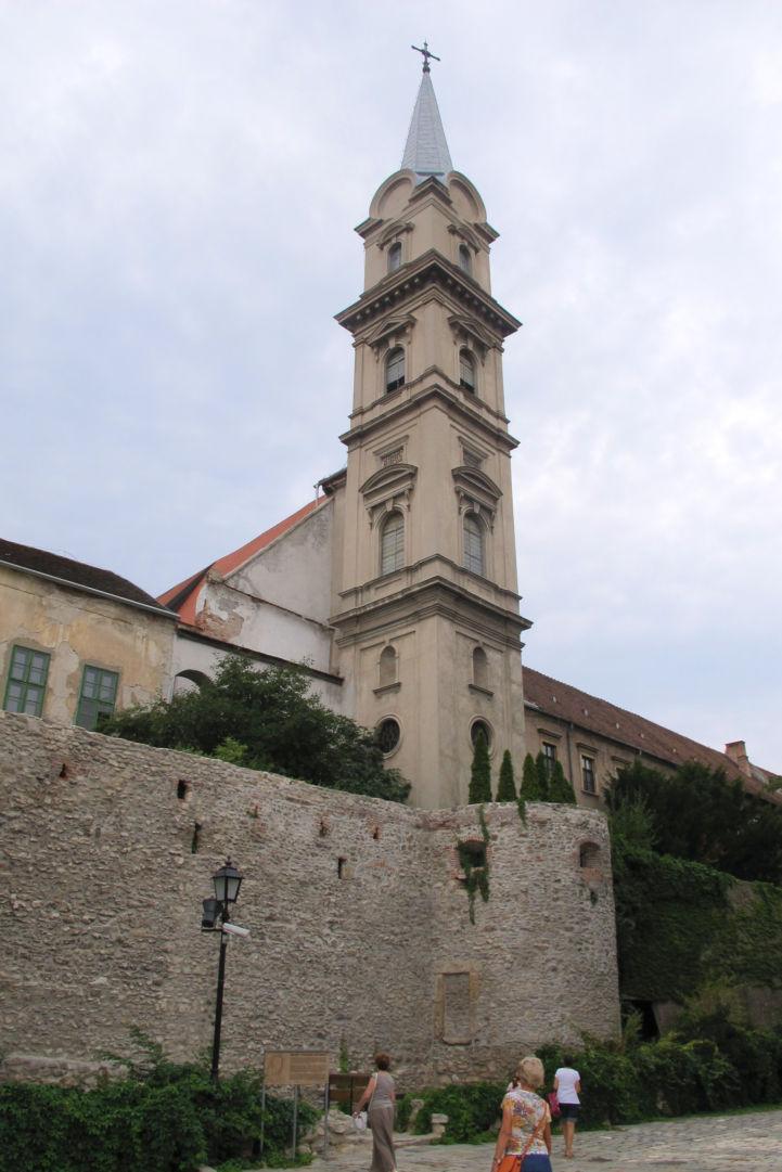a Szent György-templom tornya, alatta a kisbástyával