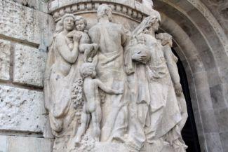 szobrok a Szent Gellért Gyógyfürdő és Uszoda kapuján