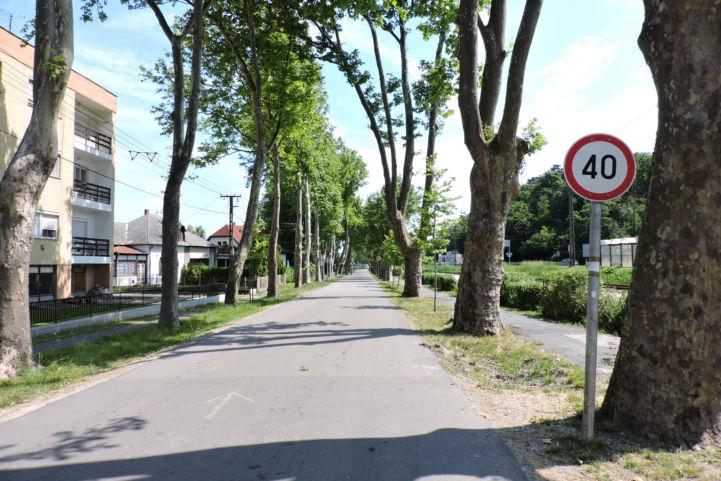 a Tinódi utcával párhuzamos gyalogos és kerékpáros úton haladunk