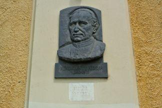 Mindszenty József dombormű a Mindszentek római katolikus templom falán