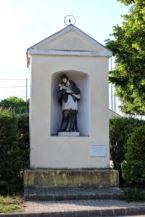 XVIII. században készült Nepomuki Szent János-szobor a zamárdi Kisboldogasszony-templom mellett