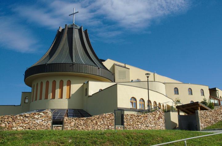 a gazdagréti Szent Angyalok-templom oldalról nézve