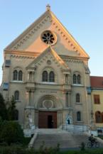 a keszthelyi Kis Szent Teréz-bazilika bejárata