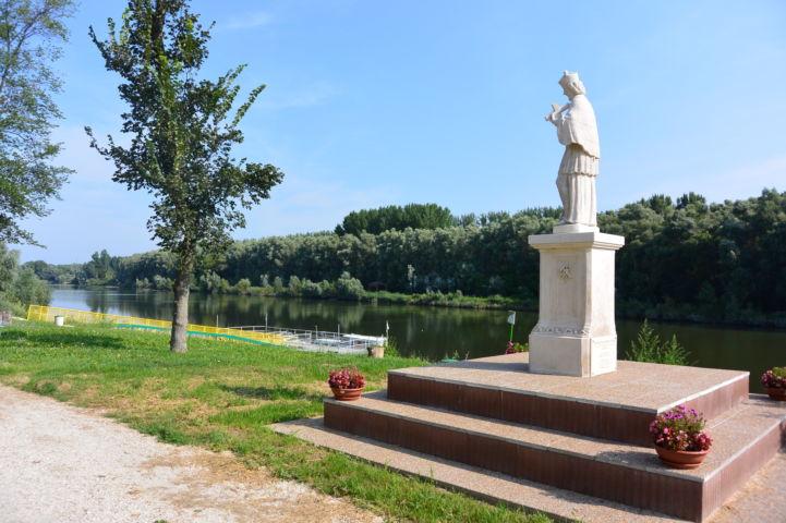 Nepomuki Szent János-szobor a kikötőnél