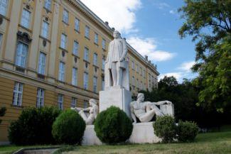 Klebelsberg Kuno szobra a Budai Ciszterci Szent Imre Gimnázium mellett