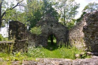 Kövesdi templomrom jól látható falai