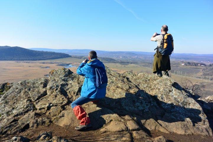 túrázók fotózzák a tihanyi panorámát a Külső-tónál