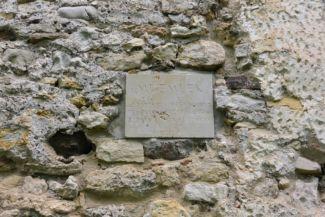 műemlék tábla a Kövesdi templomrom falán