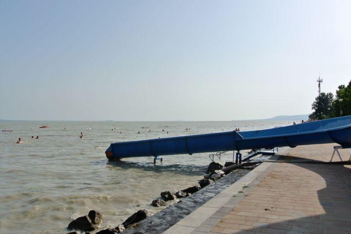 Balatonakali strand az óriáscsúszdával