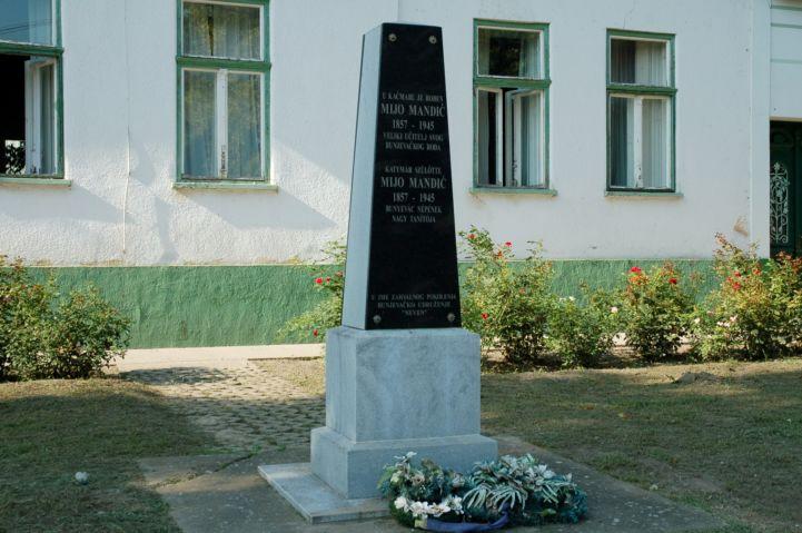 Mijo Mandić emlékoszlop