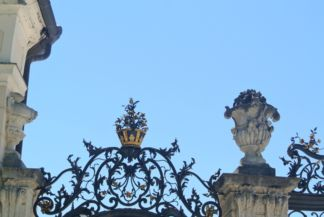 a kastély kapujának díszes kovácsoltvas teteje