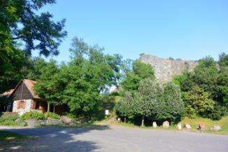 Hegyestű Geológiai Bemutatóhely, szabadtéri kőtár és a Hegyestű a parkolóból