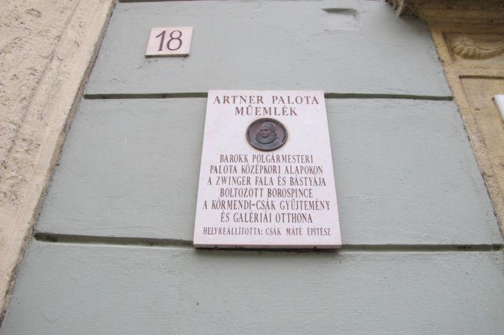 az Artner-palota műemléki táblája
