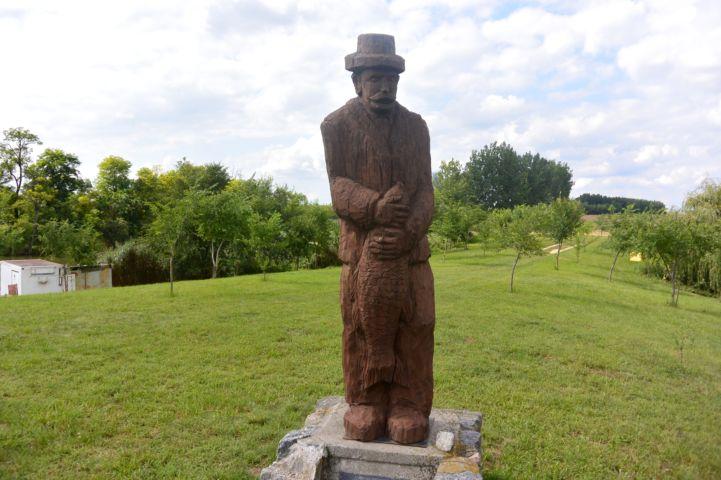 fából faragott halász-szobor
