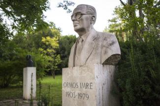Ormos Imre mellszobra a Budai Arborétumban