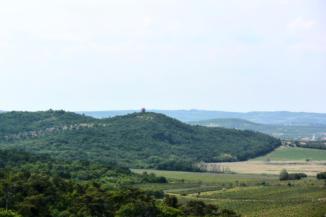 a tihanyi Őrtorony kilátó is jól látszik az Aranyház gejzírkúp tetejéről