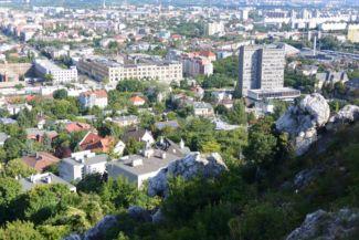 Medve-szikla a Sas-hegy keleti oldalán, háttérben a Dorottya Udvarral