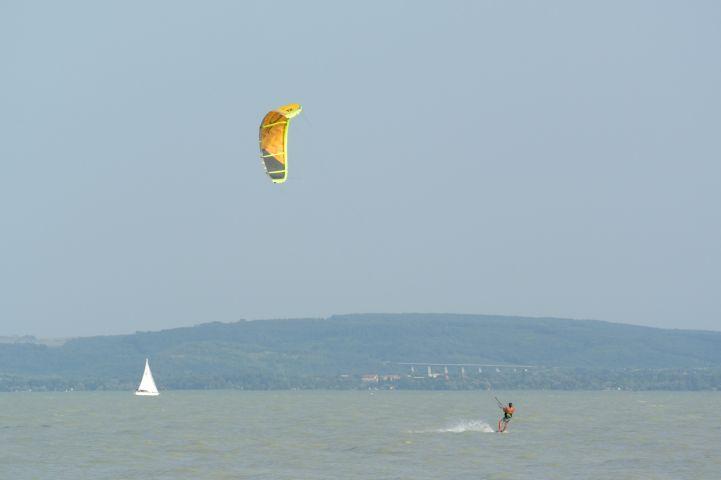 kitesurfing Balatonakalinál