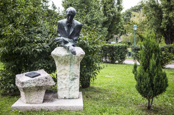 Kosztolányi Dezső-szobor a róla elnevezett tér mellett