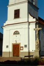 kőkereszt a balatongyöröki Szent Mihály főangyal templom bejárata mellett