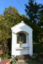 apró oltár a balatonberényi Keresztelő Szent János-templom mellett