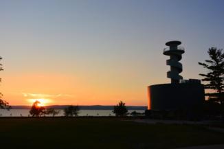 Balatonföldvári Hajózástörténeti Látogatóközpont, kiállítóhely és kilátó a naplementében