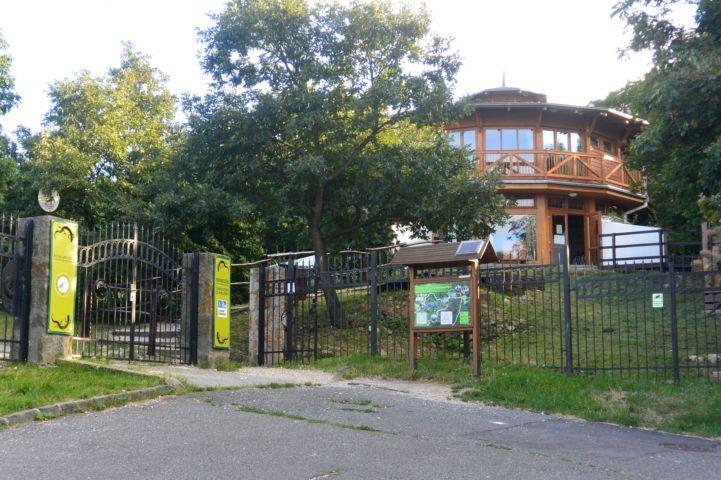 a Látogatóközpont a parkolóból nézve
