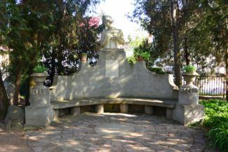 Boryné Komócsin Ilona mellszobrával díszített kőpad, rajta egy kőtáblával, amelyen Bory Jenő: Nekem nincsen szívem című, feleségéhez írt verse szerepel