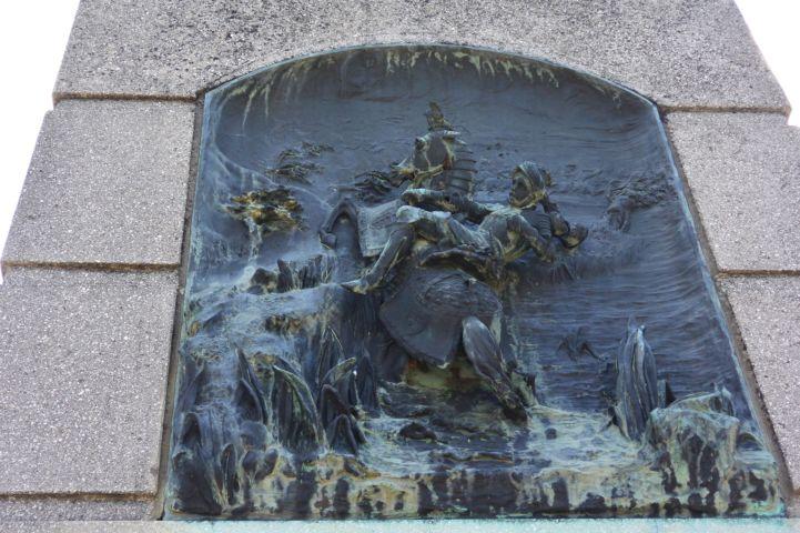 dombormű a II. Lajos emlékmű oldalán