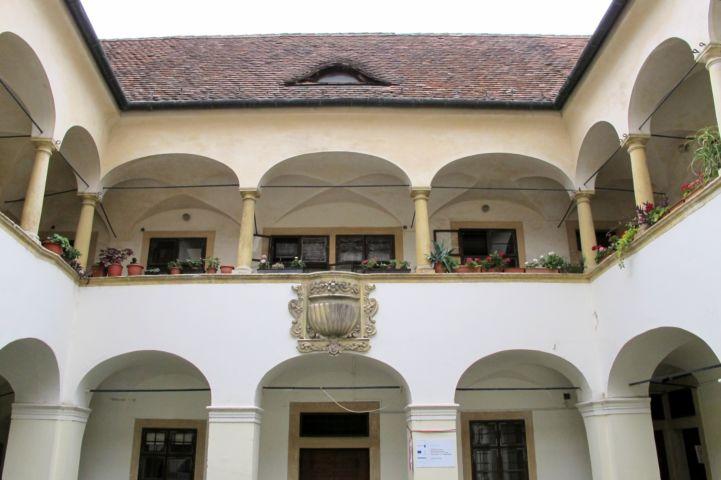 az Eggenberg-ház udvara, az erkély középen XVII. századi kő szószékkel