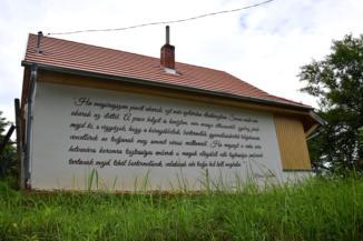 Márai-idézet egy ház falán a pákai szőlőhegyen