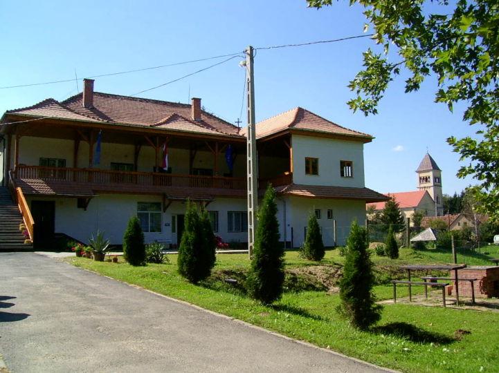 polgármesteri hivatal, kultúrház és óvoda