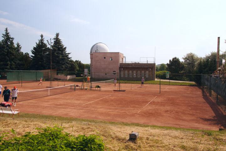 Balaton Csillagvizsgáló a teniszpályák mögött