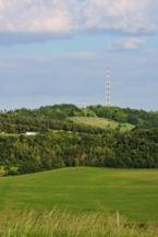 lullai Flóra-hegy, tetején egy geodéziai és egy mobiltelefon átjátszó torony látható