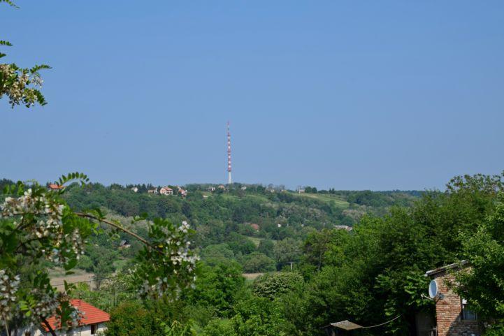 a Tukora-tetőn lévő TV-torony Nagybakónak felől