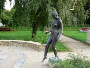 Vízbe lépő lány szobor