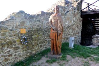 Magyar Bálint fából készült szobra a szigligeti várban (Sárossy Tibor alkotása)