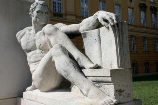a tudományt szimbolizáló férfialak a Klebelsberg Kuno-szobor jobb oldalán
