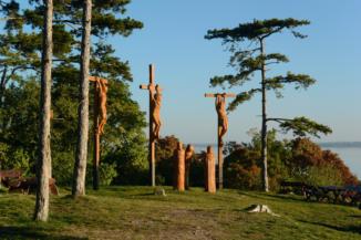 fából faragott Golgota-szoborcsoport a Szent Mihály-kápolna mellett