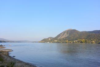 a Visegrádi Fellegvár és a Dunakanyar látképe Nagymarosról nézve