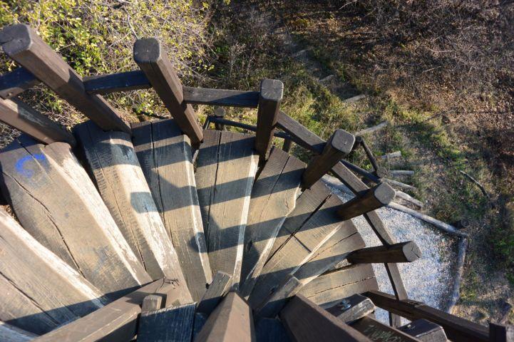 fagerendákból épült csigalépcsős kilátó a Kis-Hárs-Hegyen
