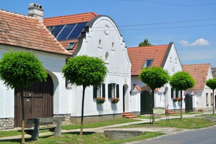 jellegzetes házak a főutcán
