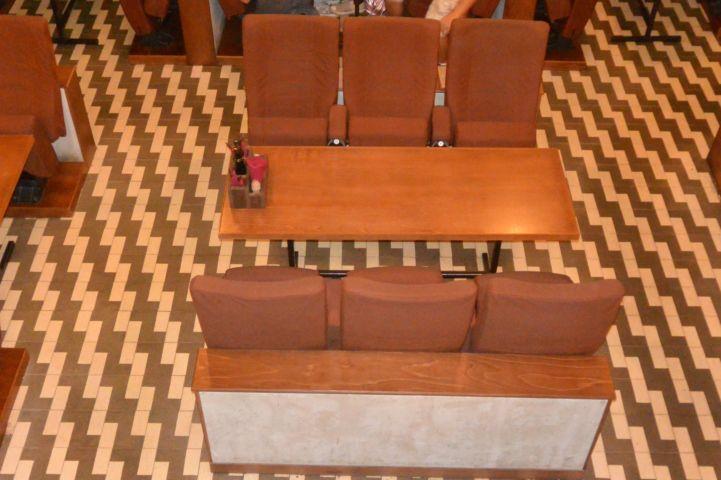 a Semmi Extra bár vendégei ma ugyanazon a padlón járnak és ugynazokban a székekben ülnek, mint egykor a Bartók mozi nézői