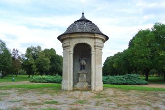Gloriett a kastély parkjában, benne Nepomuki Szent János szobrával