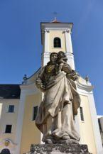 Mária és a gyermek Jézus szobra a Ferences templom és Szent Mihály kolostor előtt
